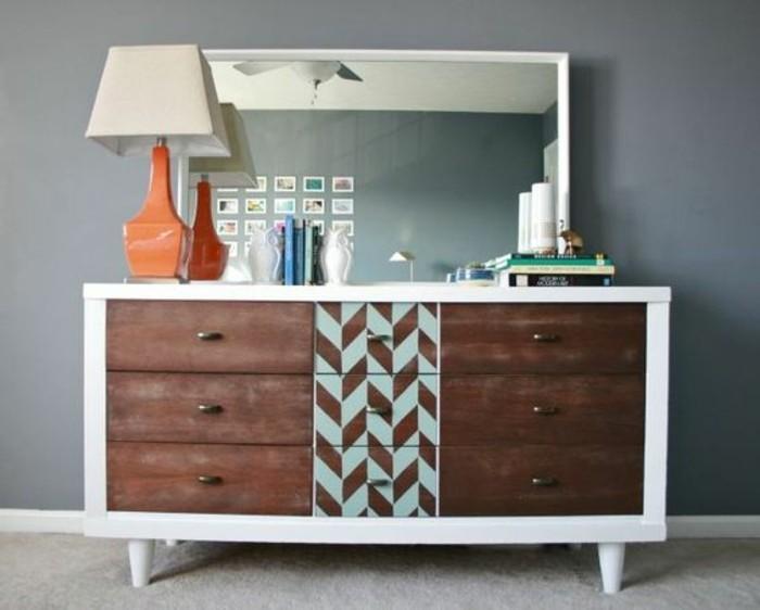 schrank-streichen-geometrische-fguren-stehlampe-eckiger-spiegel-bücher