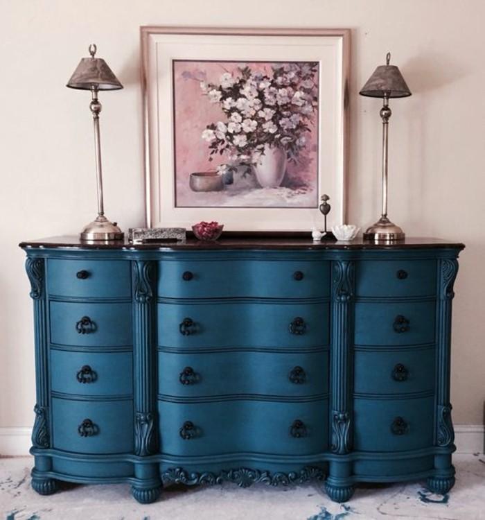 schrank-streichen-in-dunkelblau-stehlampen-bild-mit-blumen-dekorationen