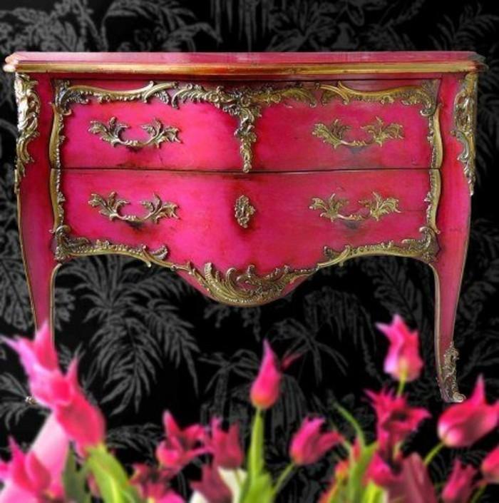 schrank-streichen-rosa-retro-schrank-mit-goldenen-ornamenren-blumen-diy