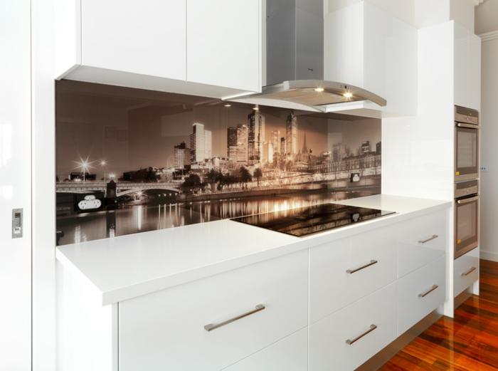 stilvolle küche in weiß mit schöner glasrückwand