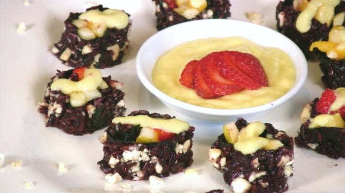 schwarzer reis gesund rezept für sushi in schwarzer farbe mit quark vanillecreme und erdbeeren