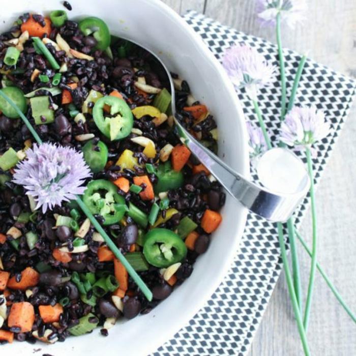 schwarzer reis gesund idee zum gestalten bunte teller vielfalt an gemüse und reis paprika möhren