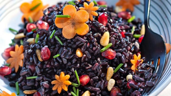 schwarzer reis gesund ausgewogenes essen schöne teller bunte farben orangen blumen aus möhren