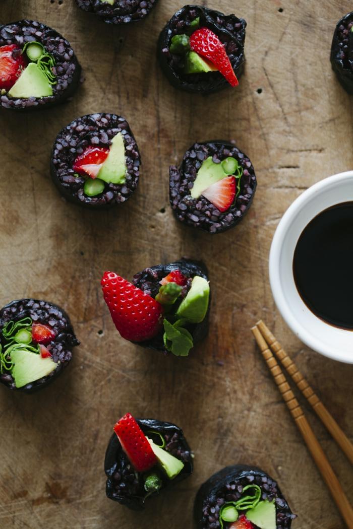 rezept schwarzer reis sushi mit obst erdbeeren und avokado süße sushi idee selber zubereiten