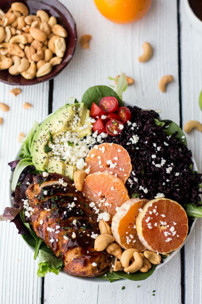 rezept schwarzer reis volle teller mit gesunden nahrungsstoffen grapefruit avokado nüsse tomaten