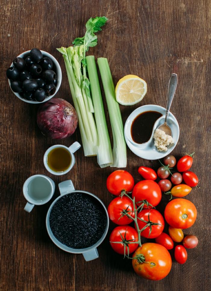 rezept schwarzer reis vorbereitung auf das kochen tomaten mit reis zitrone gewürze zwiebel oliven