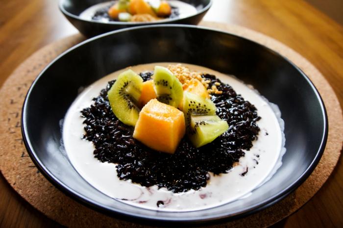 rezept schwarzer reis süße idee gestaltung von essen bunt schön milchreis kiwi mango samen sesam