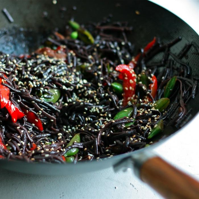 rezept schwarzer reis schwarze spagetti gestalten diese mit paprika und bohnen koche sesam beifügen