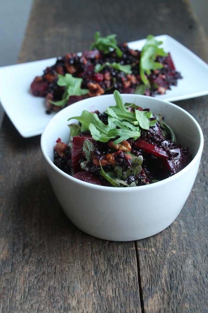 rezepte mit schwarzem reis idee für salat mit rucola und reis plus rote rübe in schüssel oder teller