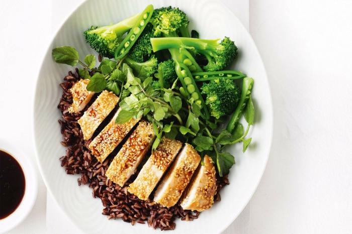 rezepte mit schwarzem reis idee hänchen fillet mit sesame und zitronensoße brokkoli rucola