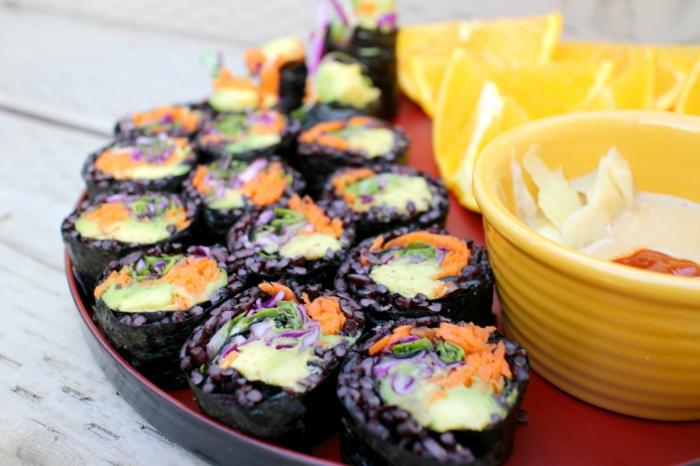 rezepte mit schwarzem reis idee sushi nicht mit weißen sondern mit schwarzem reis gelbe schüssel käse