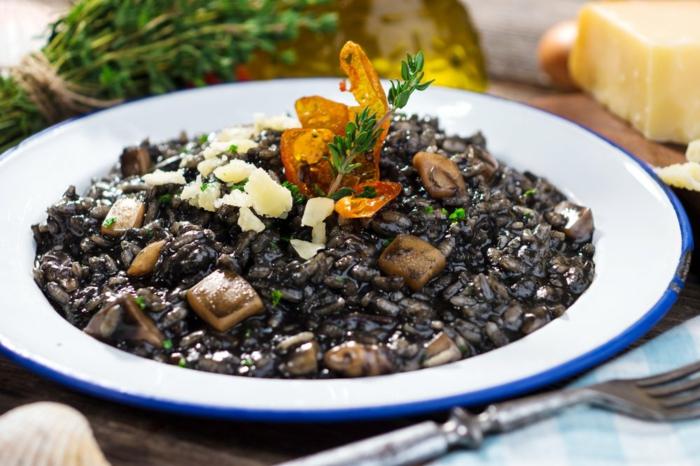 rezepte mit schwarzem reis ideen gestalten pilze und gurken petersilie käse gabel gewürze