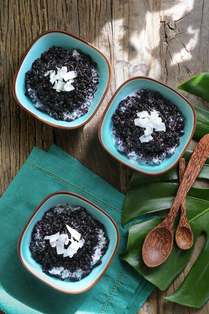 rezept mit schwarzem reis drei schüssel in türkis farbe milchreis schwarz hölzerne löffel kokosnuss