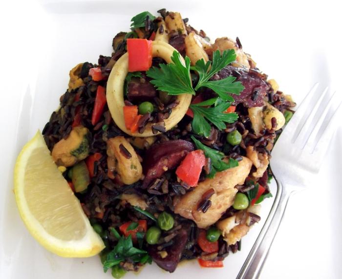 rezepte mit schwarzem reis ideen zum zubereiten zitrone gewürzen kalmaren petersilie erbsen