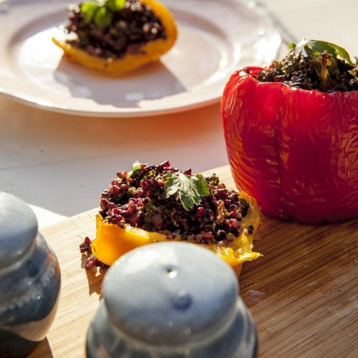 schwarze reis rezept das resultat nach guter vorbereitung paprika mit reis gefüllt petersilie deko