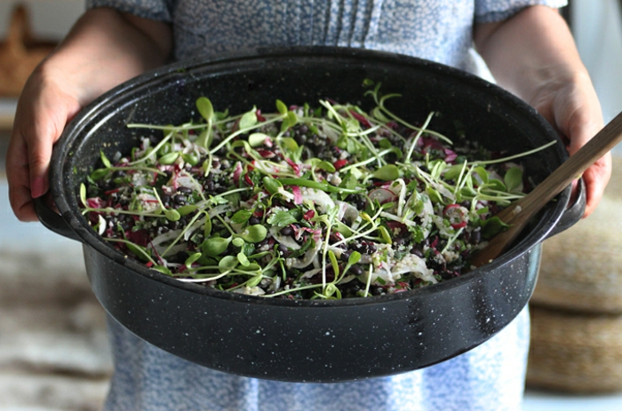 schwarzer reis kochen idee für leckeren salat buntes essen grünsalat mit reis kohl tomaten mischung