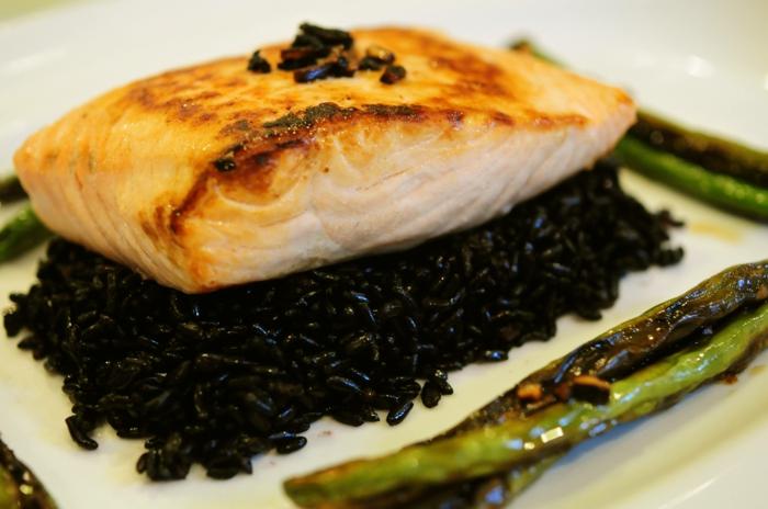 schwarzer reis kochen lachs auf reisteller gestellt spargel beilage gesunde ernährung balance