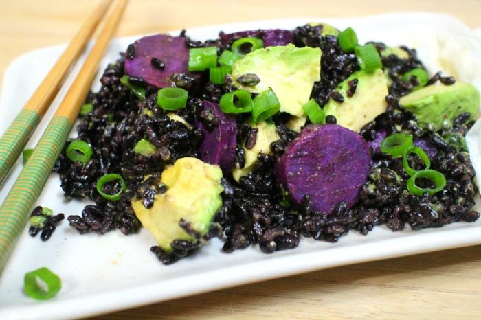 schwarzer reis kochen reis mit avokado rübe grüne zwiebel das essen mit stäbchen essen