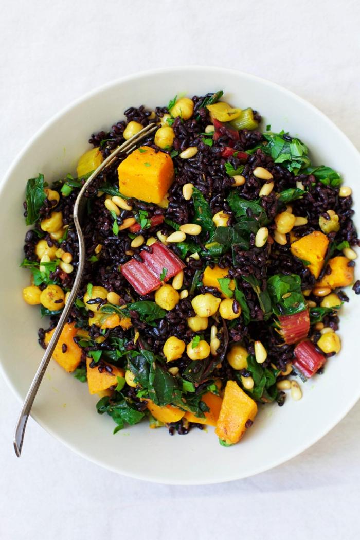 schwarzer reis kochen ideen für bunte teller reis grüne blätter spinat salat gewürze obst und gemüse