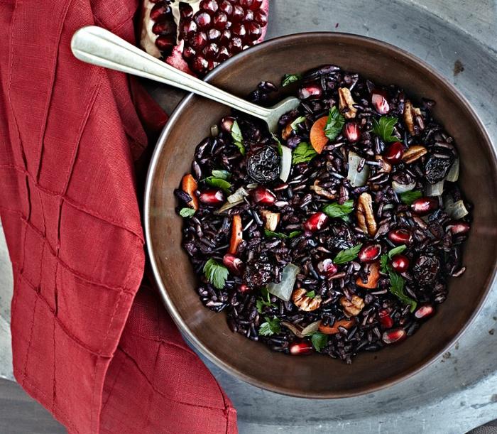 schwarzer reis kochen ideen gestaltung reis mit nüssen obst und gemüse petersilie rote tischdecke