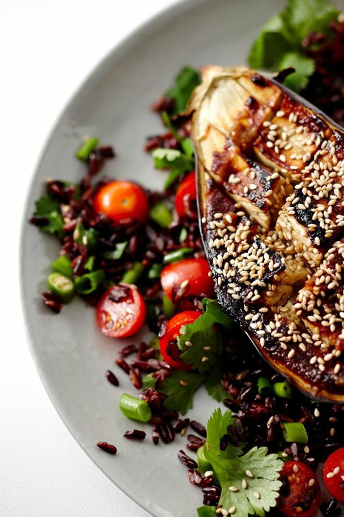 schwarzer reis kochen albergine blaue tomaten mit sesame und roten tomaten petersilie speise