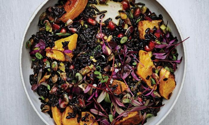 schwarzer reis kochen ideen salat oder heißes gericht mit verschiedenen zutaten gemüse obst reis