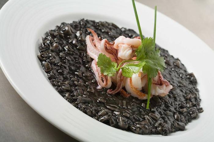 schwarzen reis kochen idee mediteranes abendessen zubereiten kohlenhydrate und eiweis meeresfrüchte