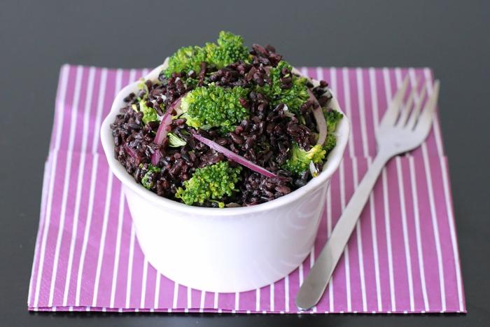 schwarzen reis kochen gesunde ausgewogene ernährung für vegetarier oder veganer lila speise