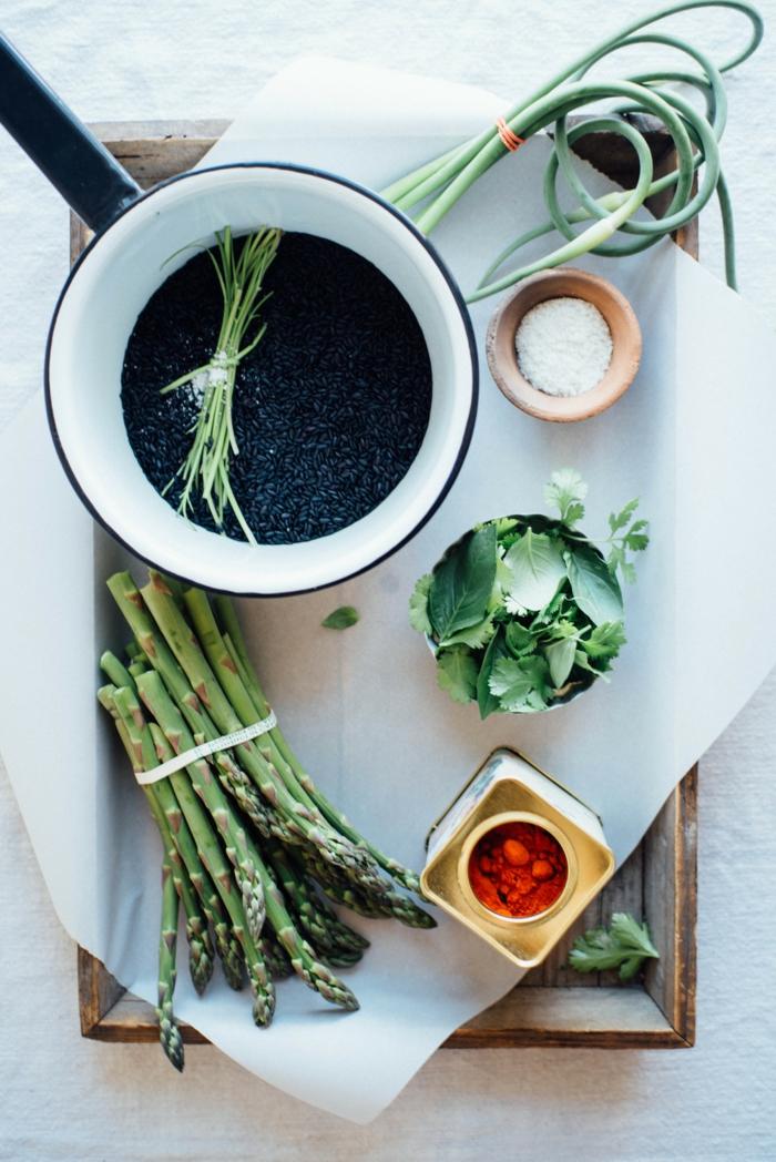 schwarzen reis kochen ideen zum zubereiten einfaches rezept reis mit spargeln roter ofeffer zwiebel