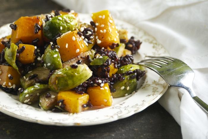 schwarzen reis kochen mango kohle sesam leckere speise mit freunden und familie genießen gabel