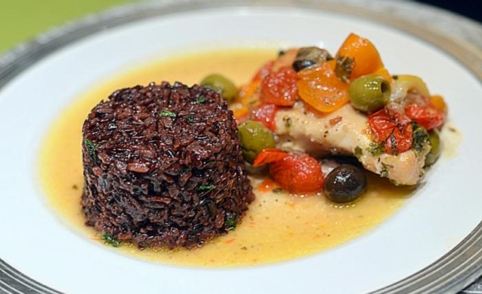 schwarzen reis kochen idee reis als beilage fleisch fillet grillen mit gemüsen oliven tomaten paprika