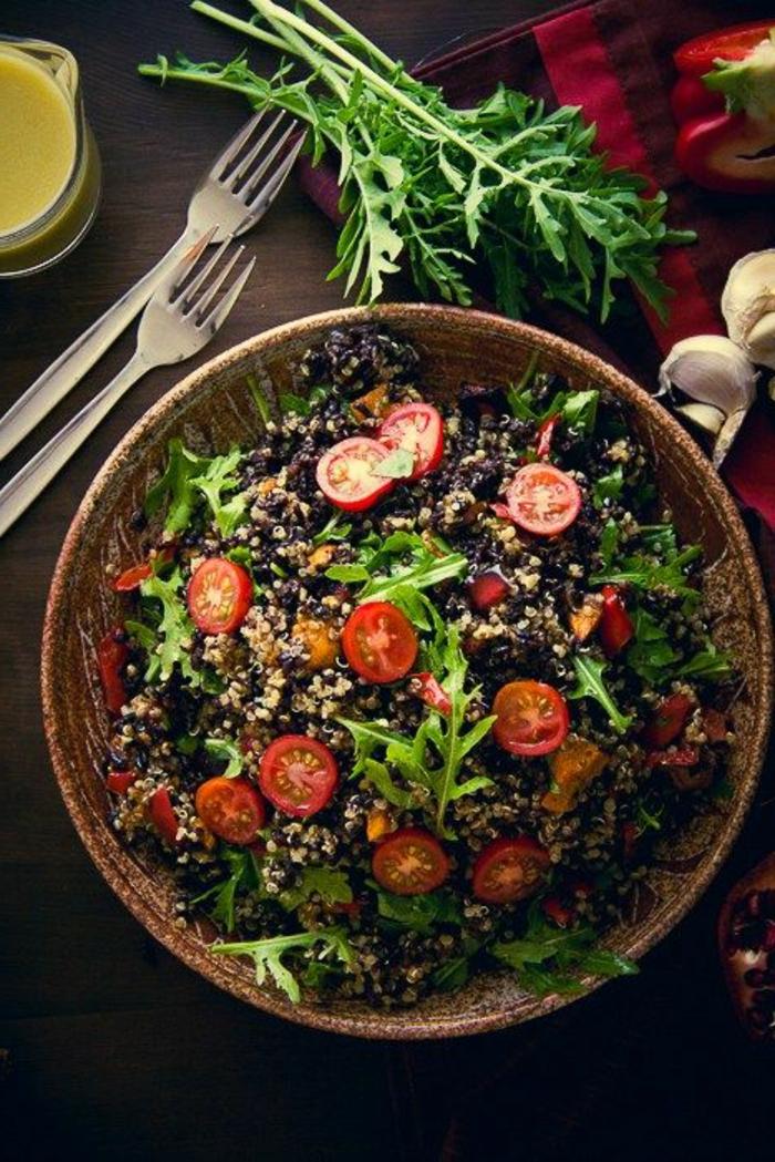 schwarzen reis kochen bunte teller auf dem tisch rucola und gewürze als deko gabel soße für speise