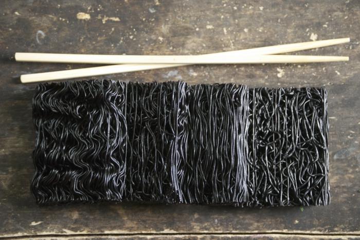 schwarzer reis nährwerte spagetti aus reis zubereiten und diese mit stäbchen essen
