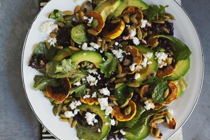 schwarzer reis nährwerte avokado käse kürbiskörner spinat grünsalat walnüsse teller gesundheit