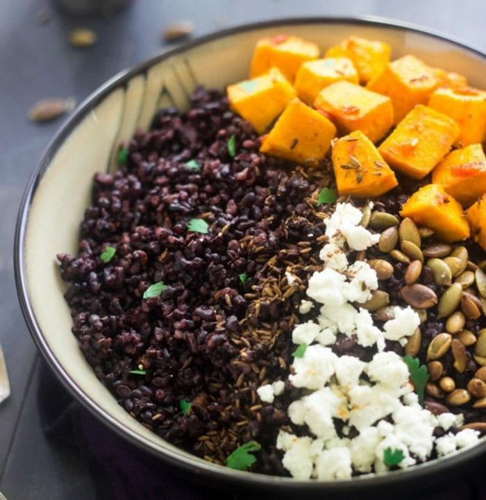 schwarzer reis nährwerte kalorienreiches essen gesund reis kürbiskörner käse kartoffeln kräuter