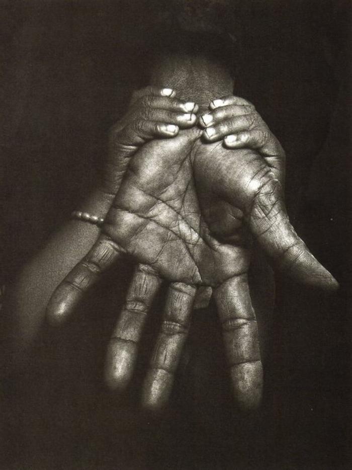 schwarzweiße-traurige-bilder-schöne-hände