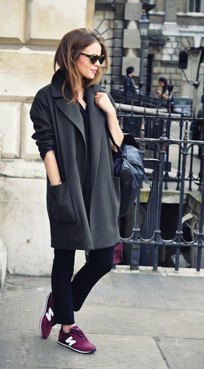 smart casual damen turnschuhe ledertasche frau mit brillen reise unternehmen schöner look
