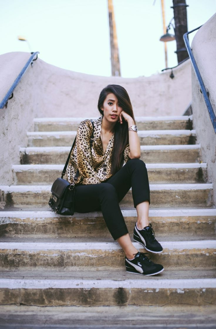 sportlich elegante bekleidung bluse mit print leo farbe turnschuhe schwarze tasche frau model