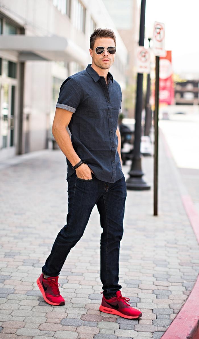 smart casual herren trendy outfit mit krass roten schuhen hemd mit kurzen ärmeld jeans