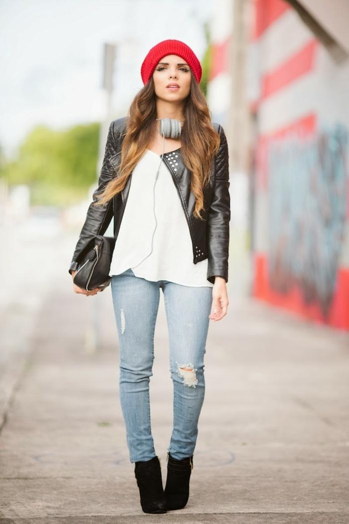 sportlich elegante bekleidung frau mit jeans schwarze stiefel weiße bluse roter hut ledertasche und jacke