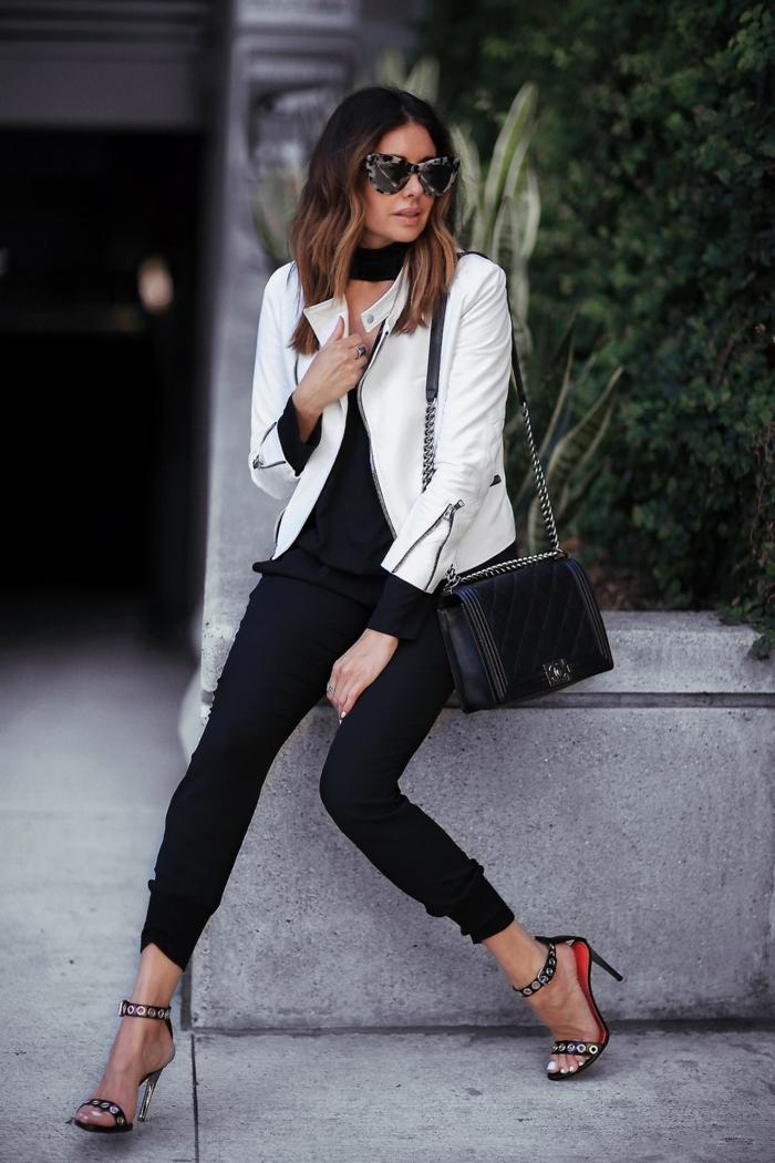 smart casual frau lederhose sandalen absatzschuhe weiße lederjacke brille tasche choker kette