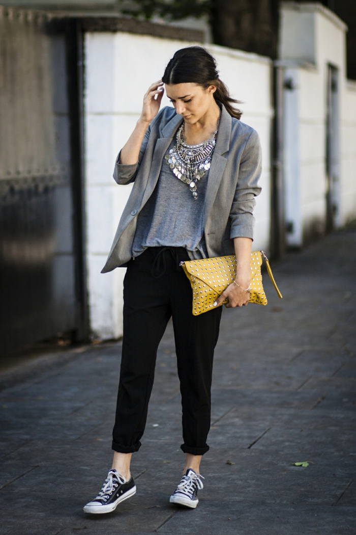 smart casual frauen sneakers top schlne große kette gelbe tasche haare in zopf blazer