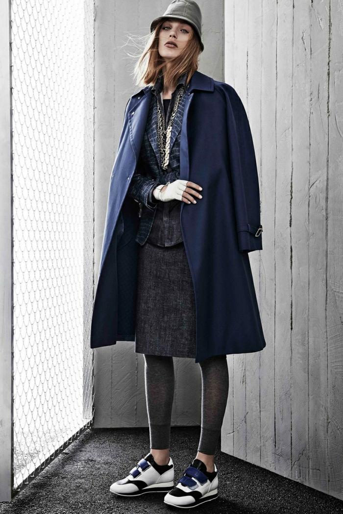smart casual frauen turnschuhe dunkle farben mantel hut rock und blazer hemd modelling
