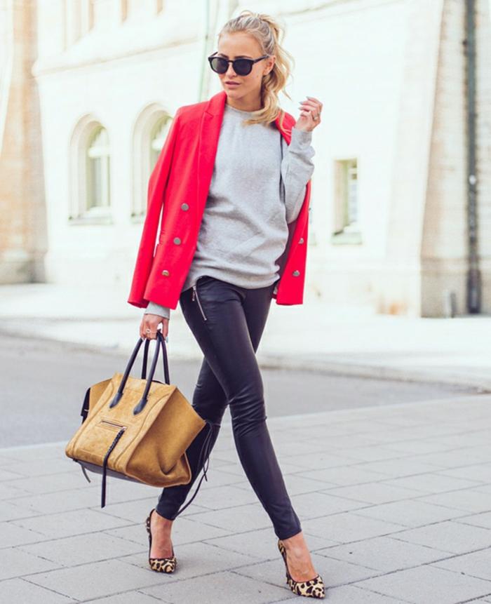 sportlich elegante bekleidung roter mantel beige tasche leo schuhe absatzschuhe blonde zopf