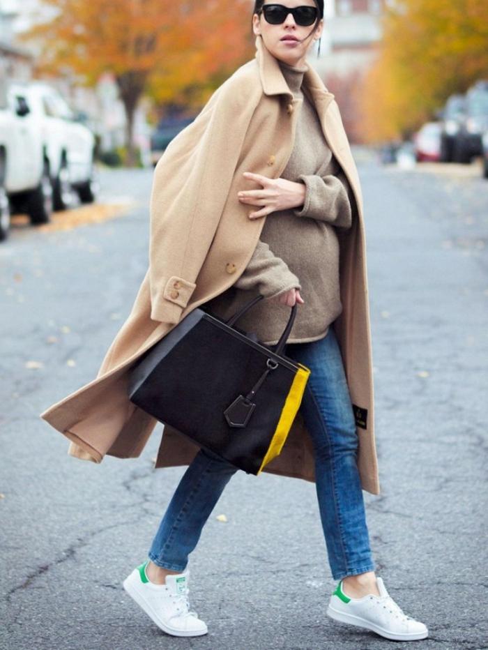 smart casual frauen trendy ideen für schwangere mit stil mantel beige farbe bequeme schuhe jeans
