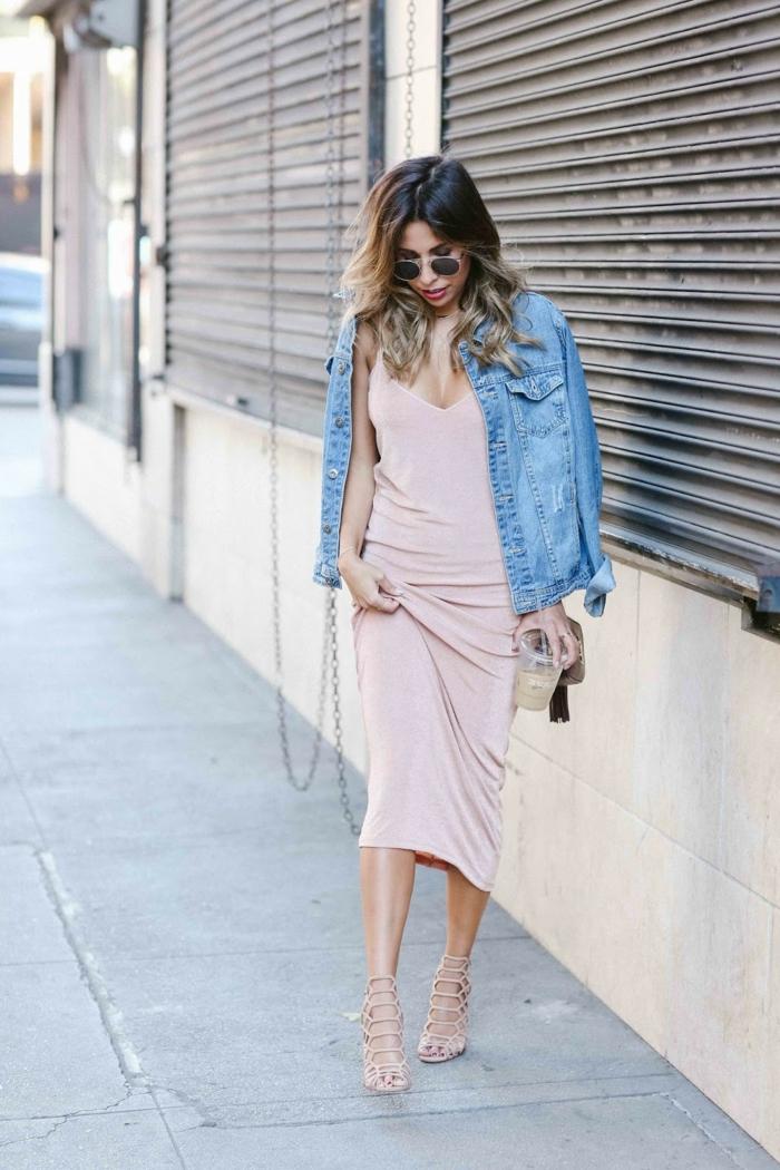 dresscode sportlich elegant jeansjacke mit langem rosafarbenen kleid sandalen absätze schöne frau