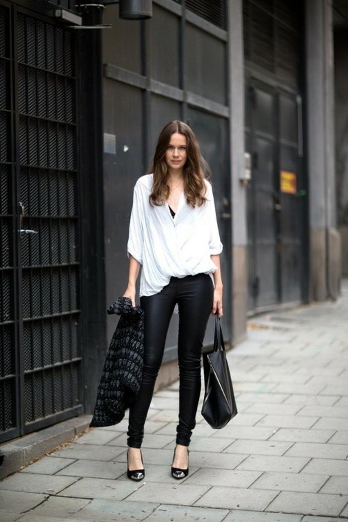 sportlich elegante bekleidung in schwarz und weiß lederhose weiße bluse moderne frau model
