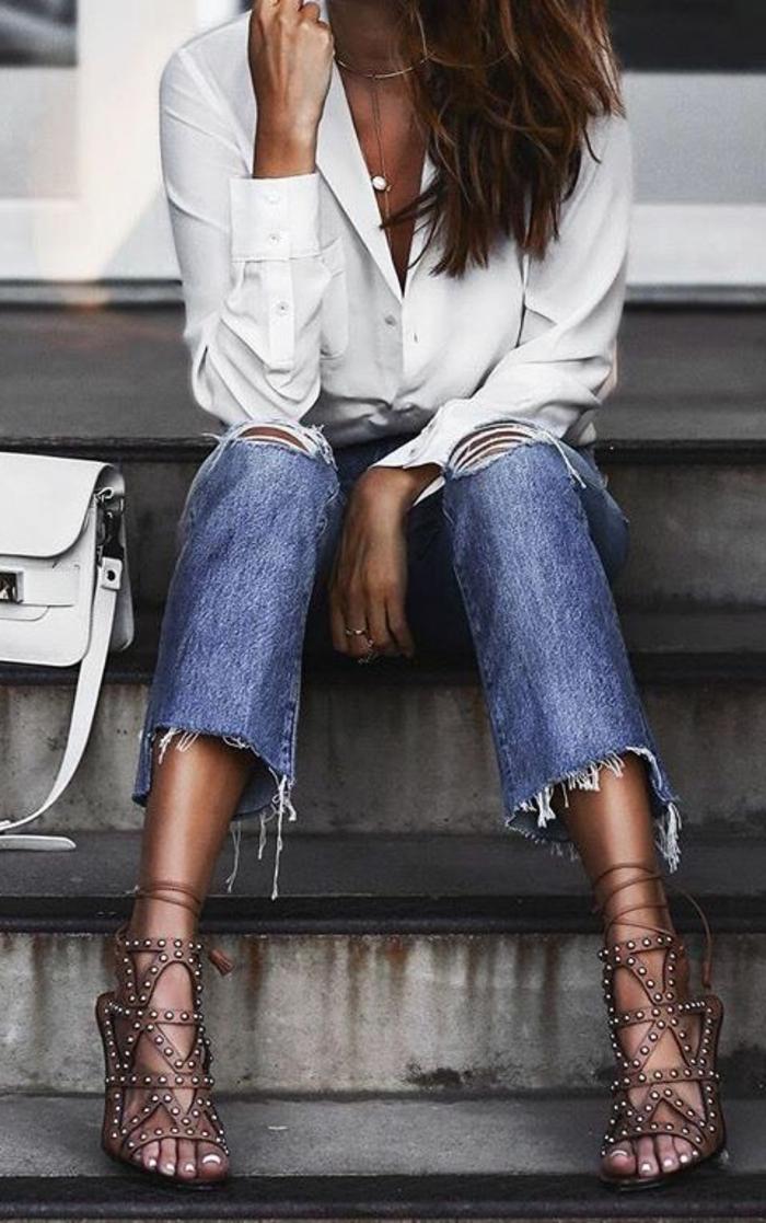 dresscode smart casual jeans weißes hemd choker kette faszinierende sandalen mit absatz weiße tasche