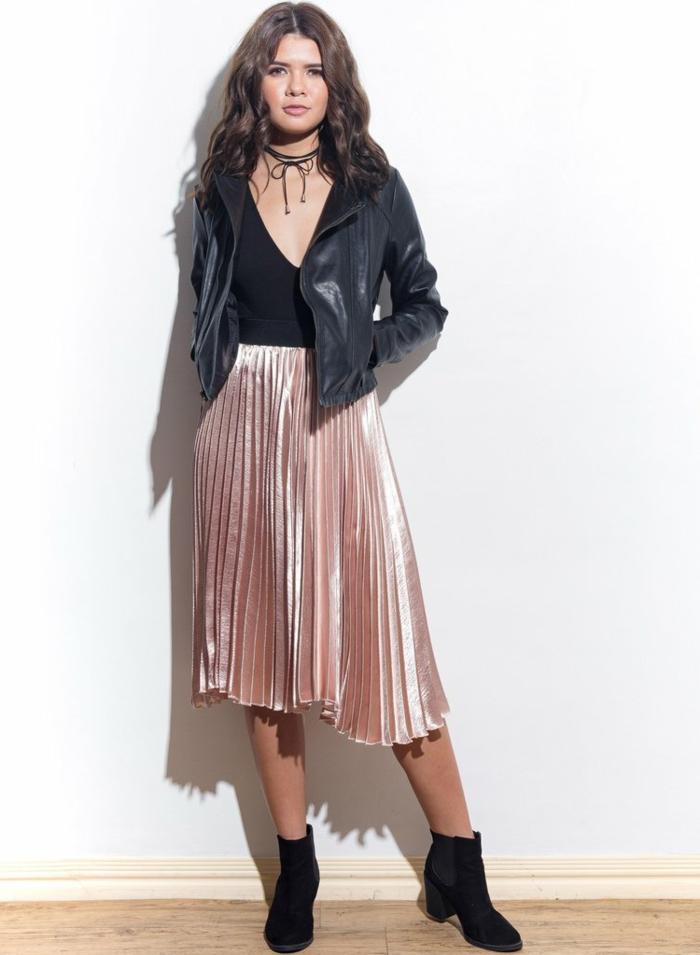 rosa rock lederjacke kette choker stiefel in schwarzer farbe und mit absätzen lockige haare