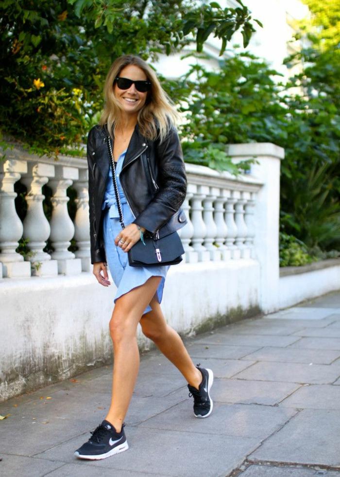 dresscode smart casual für frauen sommer trends turnschuhe mit kleid tragen lächeln brille tasche